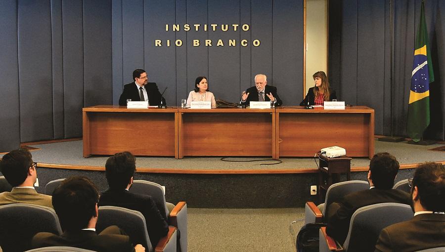 """Palestra """"Percursos Diplomáticos"""" com o embaixador José Botafogo Gonçalves"""